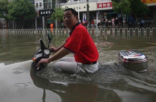 Motor Santai Menerjang Banjir